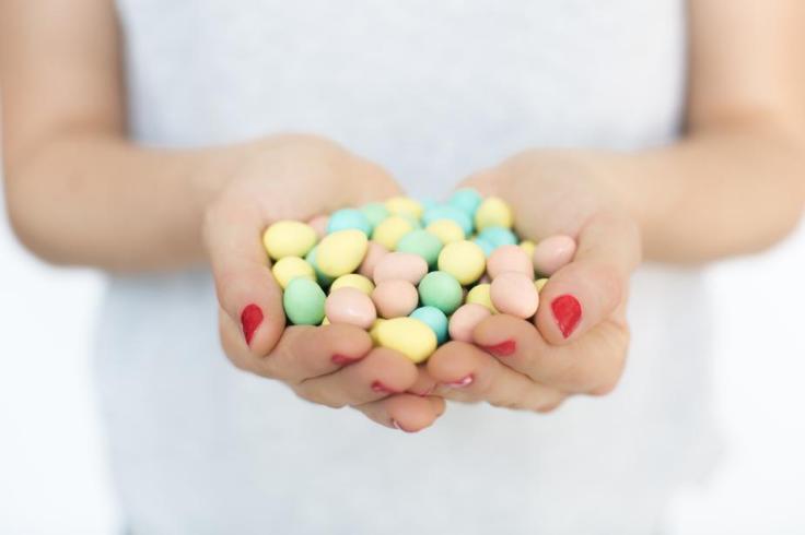 hands-full-of-easter-eggs_925x
